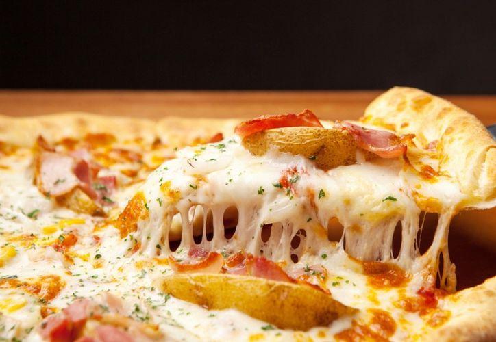 La policía dijo que Bicer vio algo sospechoso mezclado con el queso rallado. (Milenio)