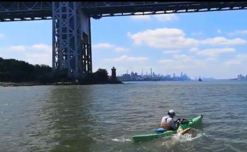 Después de tres horas y media, Carlos avanzaba por debajo del puente George Washington. (Imágenes: captura de pantalla de Facebook)
