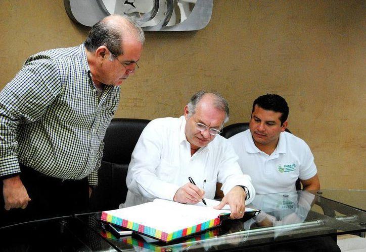 El alcalde de Kanasín, Carlos Moreno Magaña y Jorge Méndez Vales, delegado estatal del IMSS, se encargaron de firmar la escritura de donación. (Milenio Novedades)