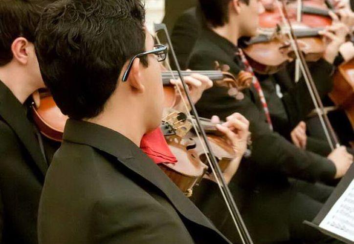 Jóvenes de la Escuela Superior de Artes de Yucatán (ESAY) ofrecerán hoy un recital navideño en el Prohispen.- (SIPSE)