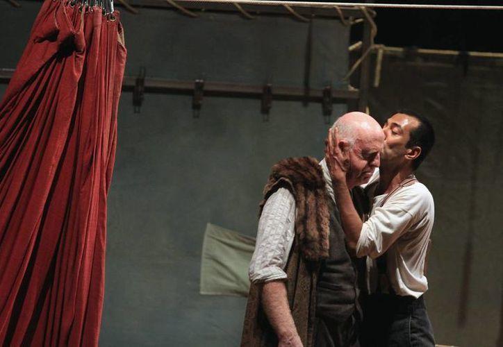 Aunque 'Hamlet' fue actuada en lengua inglesa, contó con traducción por escenas para que el público no perdiera detalle de la tragedia escrita por Shakespeare. (Notimex)