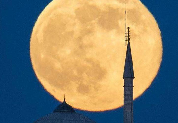 Imagen de la superluna vista desde el palacio de Topkapi, en Estambul, Turquía en el 2013. (Archivo/AP)