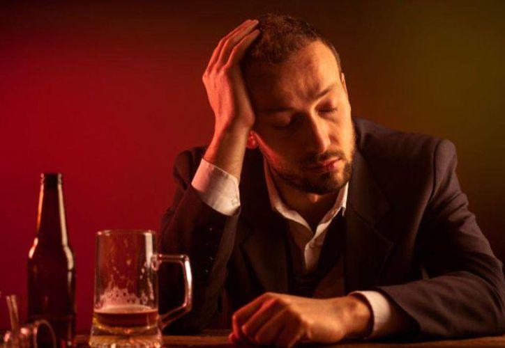 Hay personas a quienes el alcohol les afecta con mayor rapidez que a otras. (BBC Mundo)