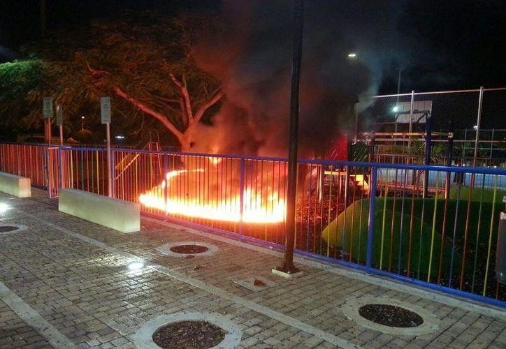El incendio consumió completamente el área de juegos infantiles en el parque de San Pedro Uxmal. (Daniel Cáceres/Facebook)