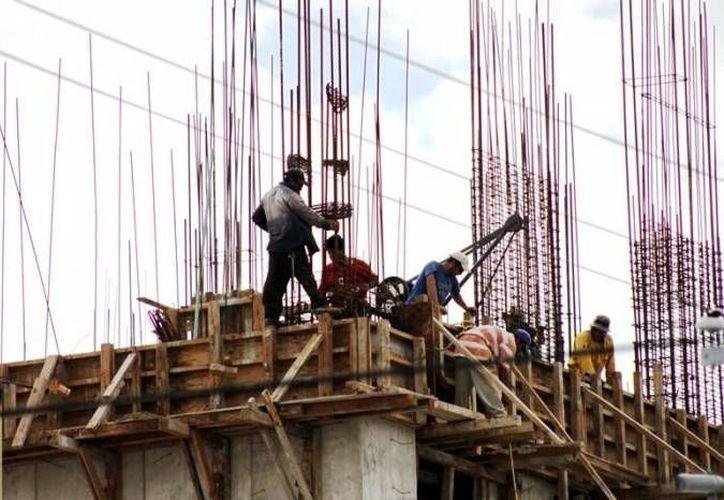 Los trabajadores de la construcción peligran al realizar labores desde las alturas, con cables y varillas. (Foto: Contexto/ SIPSE).