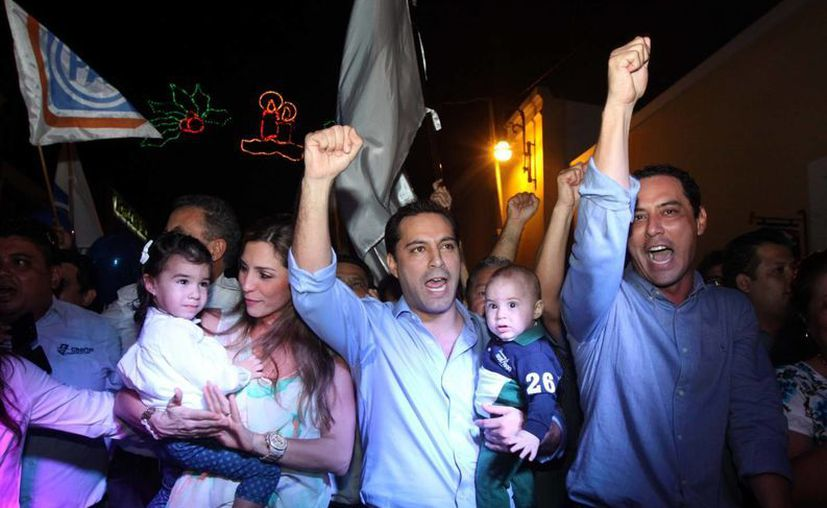 Acompañado de su familia y el diputado Raúl Paz Alonzo, Mauricio Vila Dosal camina hacia las oficinas del PAN a solicitar su registro como precandidato a la alcaldía de Mérida. (SIPSE)