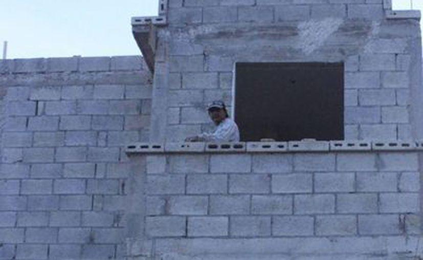 El Fraccionamiento Villas Oxtankah luce semiabandonado, con casas en obra negra. (Harold Alcocer/SIPSE)