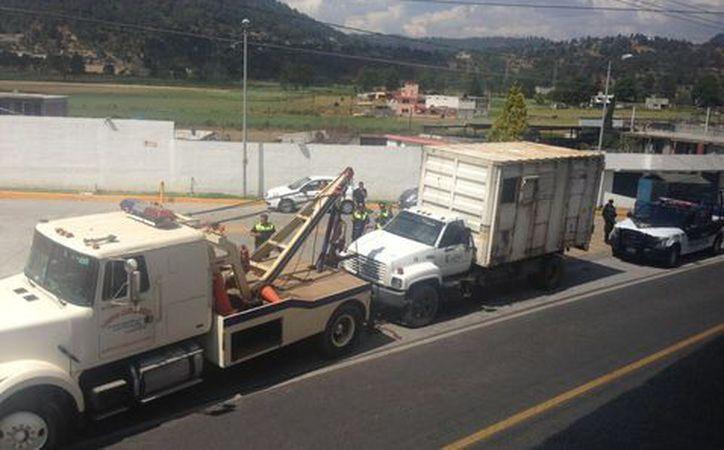 Carga de gasolina clandestina en camión de basura. (Milenio.com)