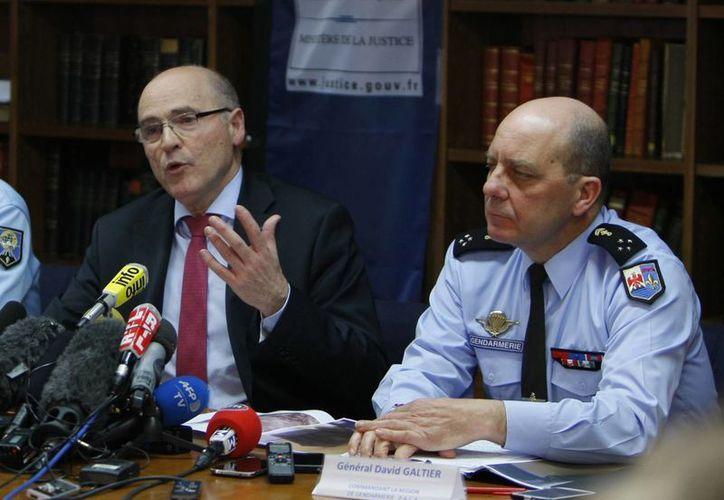 El procurador de Marsella, Francia, Brice Robin (izq), acompañado del general David Galtier, durante la conferencia de prensa sobre avances en identificación de víctimas del avionazo del Germanwings este 2 de abril. (Foto:AP/Claude Paris)