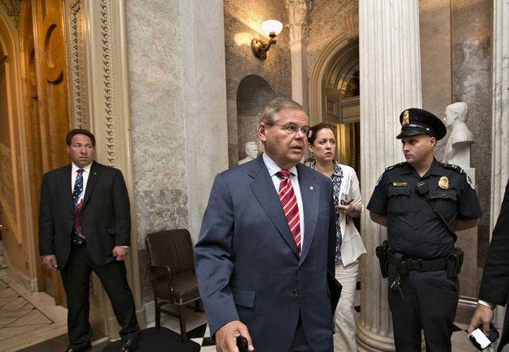 El senador demócrata por New Jersey y titular de la Comisión de Relaciones Exteriores del Senado Robert Menendez, abandona la cárama alta en el Capitolio en Washington. (Agencias)