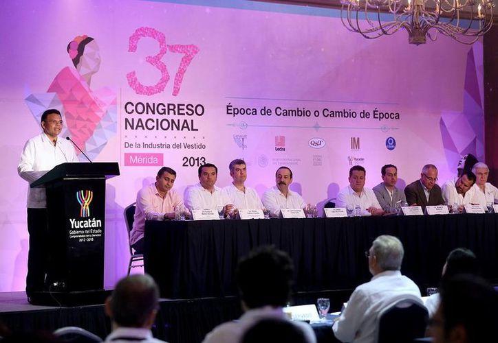Zapata Bello encabezó ayer la inauguración del 37 Congreso de la Industria del Vestido. (SIPSE)