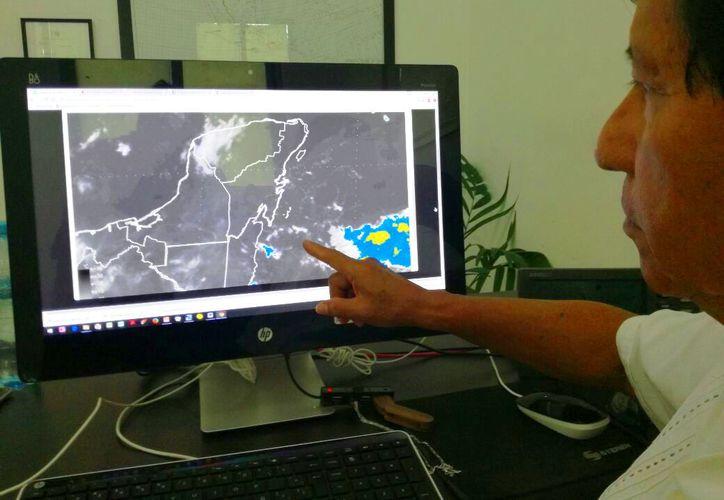 El meteorólogo local señaló que el clima es monitoreado constantemente. (Octavio Martínez/SIPSE)