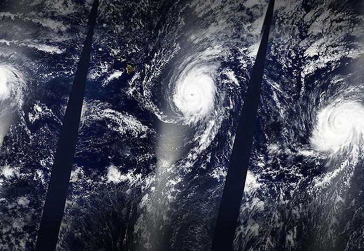 Imagen de la NASA que muestra la formación de tres huracanes en el Pacífico el sábado pasado. (@NASA)