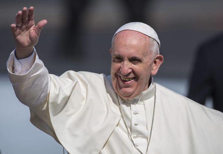 El Papa Francisco saluda a los fieles su llegada a la capital cubana. (AP)