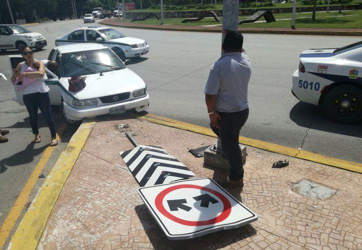 El conductor del taxi chocó contra la guarnición de un camellón central. (Foto: Alejandro García)