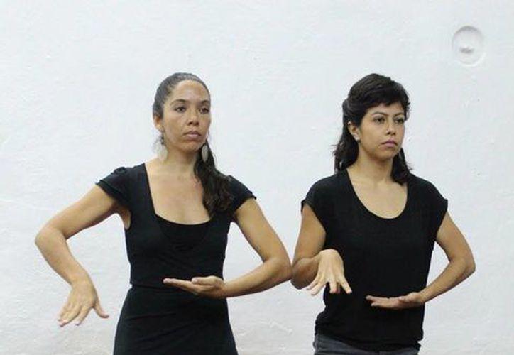 La propuesta del INAM tiene como base movimientos del cuerpo al realizar actividades comunes, como muestran Paula González y Diana Bayardo. (SIPSE)