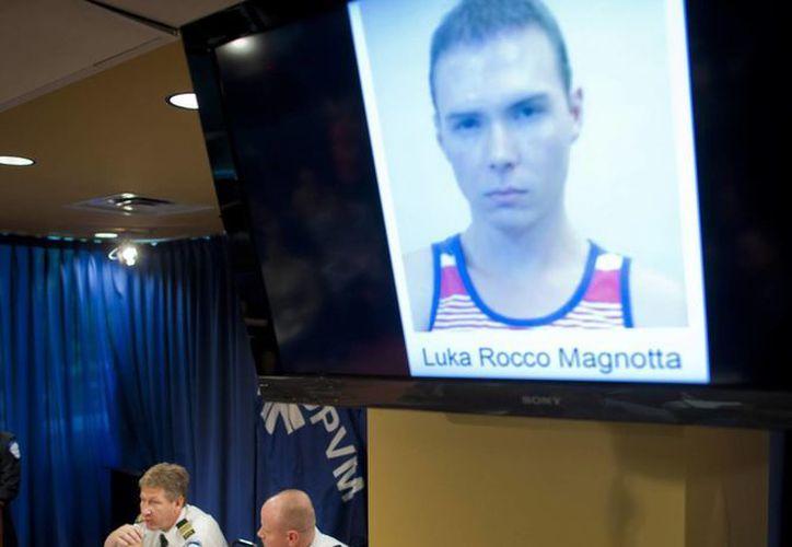 Denis Mainville, comandante de la Policía de Montreal, (i), comparece ante los medios para informar sobre la detención de Luka Rooco Magnotta, visto en la pantalla. (Archivo/EFE)