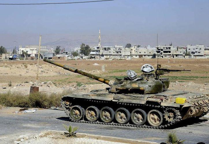 Tanque de la Armada siria patrullando las calles del barrio de Al Bouweida, al norte de Damasco, Siria. (EFE)