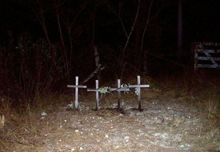 En Tixpéual, justo a la entrada de un rancho pusieron cuatro cruces y nichos en recuerdo de la tragedia en la que fallecieron cuatro integrantes de una familia de cirqueros. (Jorge Moreno/SIPSE)
