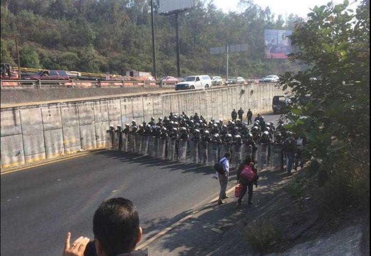 Bloqueo de la México-Toluca por parte de policías para cerrar el paso de una caravana del CNTE que va rumbo a la Ciudad de México. (twitter.com/Siete24Noticias)