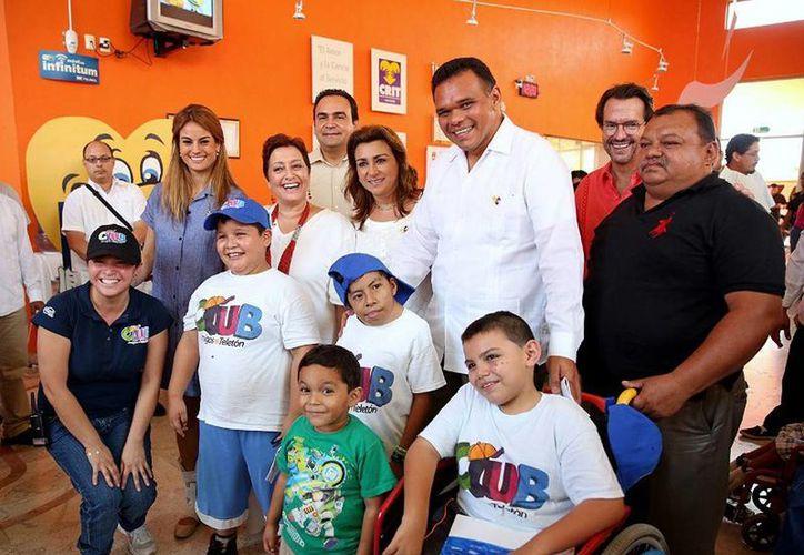 El Gobernador (c) inauguró un Cuarto de Estimulación Multisensorial en el Centro de Rehabilitación Integral Teletón Yucatán. (Cortesía)