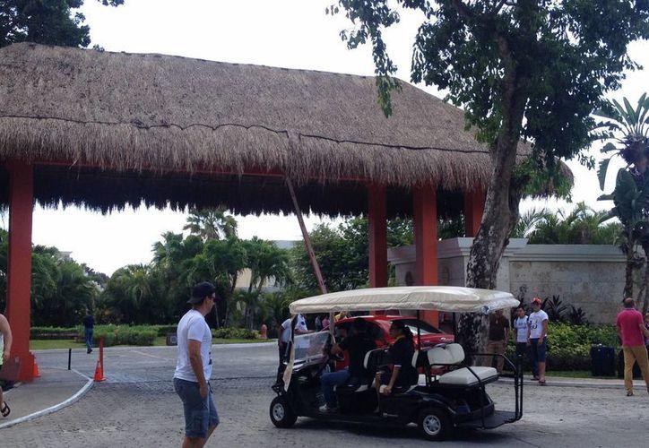Personal del hotel ayudó a los mil 68 turistas a sacar sus pertenencias de este centro de hospedaje. (Adrián Barreto/SIPSE)