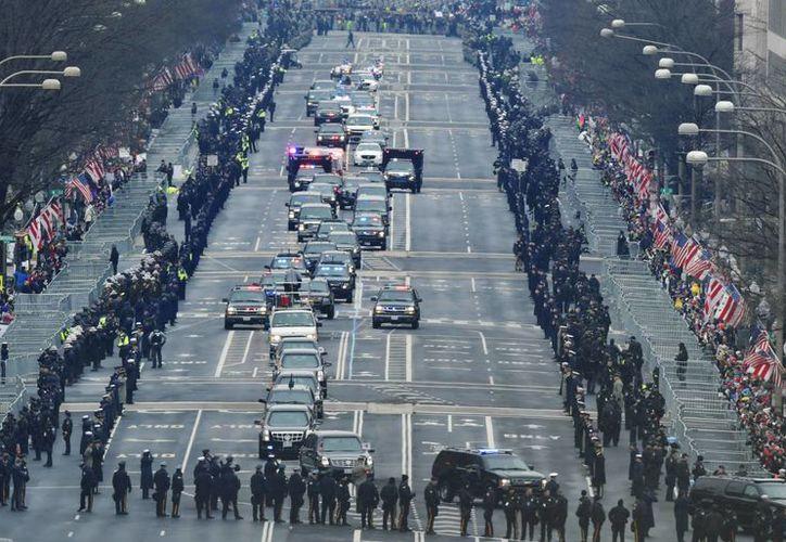 Imagen del recorrido que realizaron el presidente saliente Obama y el entrante Donald Trump rumbo al Capitolio. (AP/Susan Walsh)