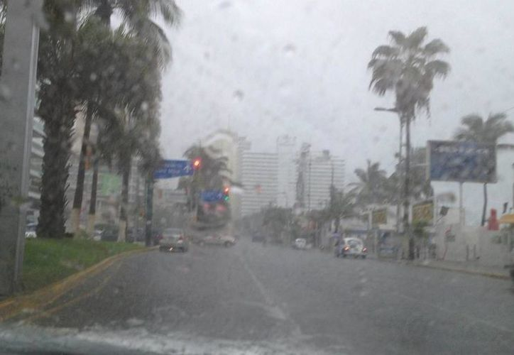 El huracán categoría 1, ha provocado fuertes lluvias e inundaciones en la costera de Acapulco. (Notimex)