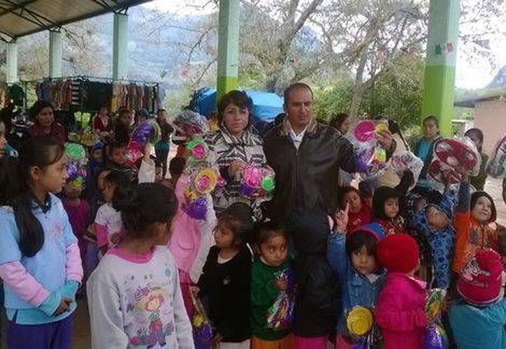 Hasta el momento se desconoce si la esposa del alcalde de Tepehuacán ya le otorgó el perdón luego de que él le fracturó la mandíbula el pasado 20 de diciembre. En esta foto aparecen los dos juntos. (Foto de Facebook)