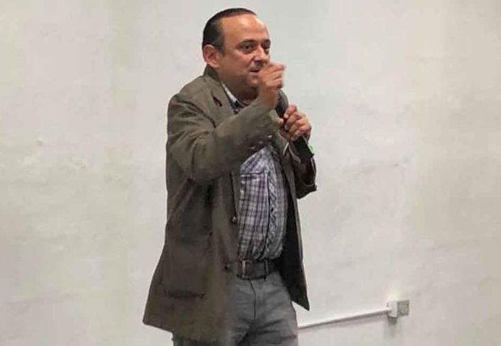 El actor mexicano Eduardo España ofrecía una charla a los estudiantes de la UNID, Campus Mérida, sobre la película ¿Cómo matar a un esposo muerto?, la cual protagoniza, cuando los alumnos fueron abandonando la sala a petición de una maestra.