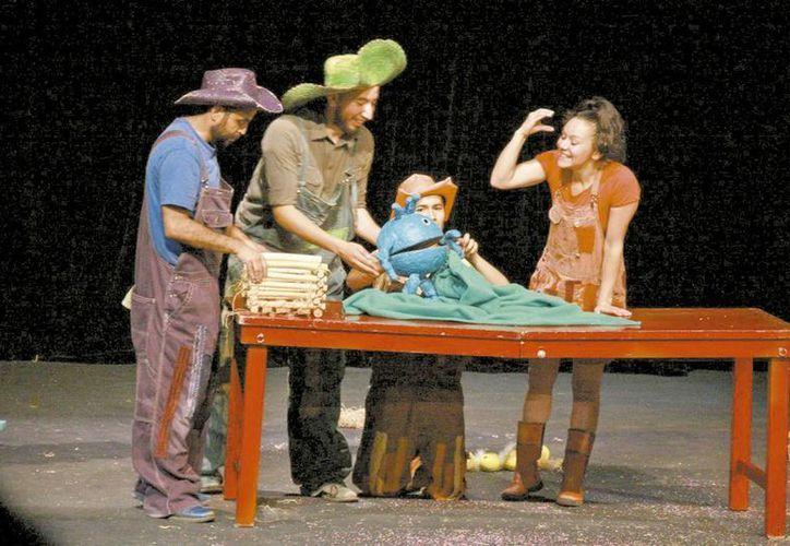 UGA es una historia infantil donde Valentina Sierra comparte escenario con tres actores sordomudos y se desarrolla en un gallinero. (Milenio Novedades)