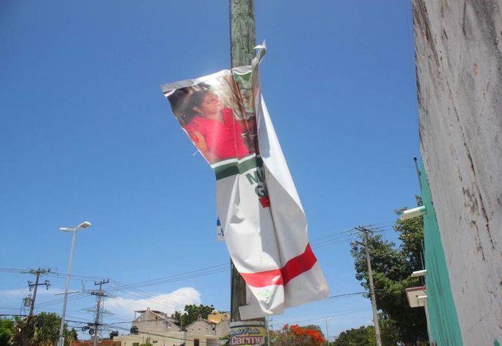 La propaganda política debió ser retirada en su totalidad desde el 6 de julio, un mes después de las elecciones. (Daniel Pacheco/SIPSE)