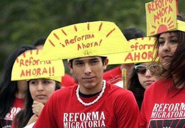 Jóvenes promoviendo una reforma integral a las leyes de inmigración durante una celebración anual en homenaje al líder de los trabajadores agrícolas César Chávez, el 6 de abril en el Parque Municipal de San Juan, California. (Agencias)