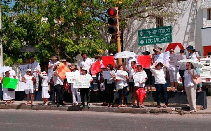 En junio pasado, decenas de ciudadanos protestaron en las inmediaciones del aeropuerto de Mérida, para expresar su apoyo a la familia. (Archivo/SIPSE)