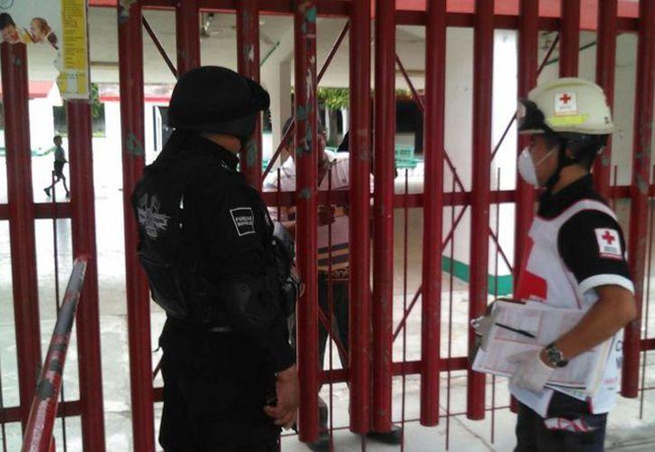 Elementos policíacos llegaron a las instalciones de la primaria Agustín Melgar de Cancún para mantener el orden. (Sergio Orozco/SIPSE)
