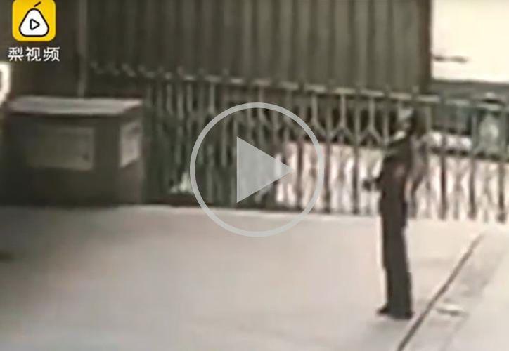 Li Guowu, guardia de seguridad del centro comercial Century Golden Flower, perdió la vida cuando intentó salvar a una mujer. (Foto: Captura de video)