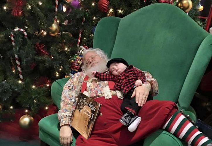 Las imágenes de Santa Claus durmiendo con el pequeño Zeke recibieron una ola de likes en Facebook. (AP)