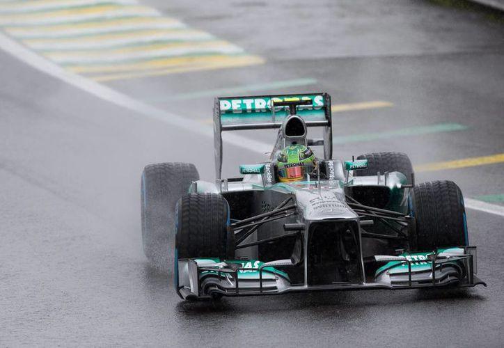 El corredor inglés Lewis Hamilton durante una prueba con la escudería Mercedes, que cambia desde hoy de dirección en el equipo. (Efe/Foto de contexto)