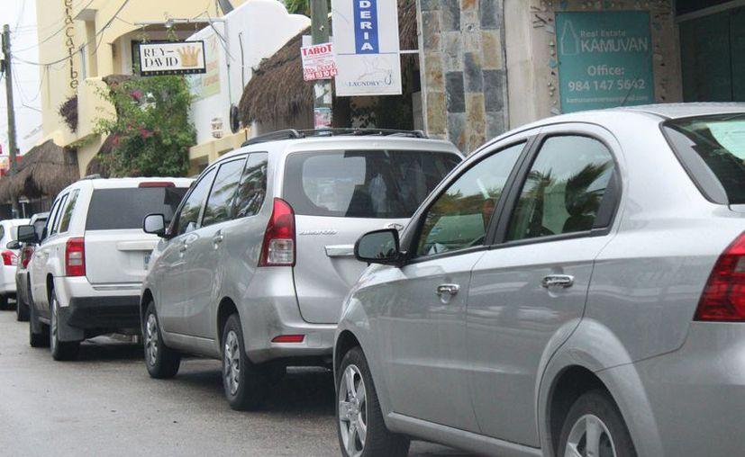 La saturación de calles con vehículos estacionados, justificó la propuesta de instalar parquímetros en la zona céntrica. (Adrián Barreto/SIPSE)