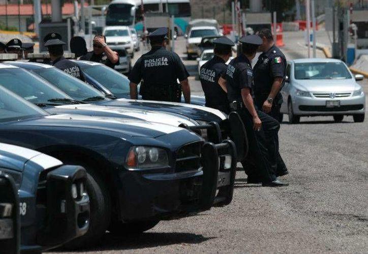 Agentes federales aseguraron a 111 migrantes de tres países centroamericanos  en la carretera México-Puebla. (Foto: .proceso.com.mx)