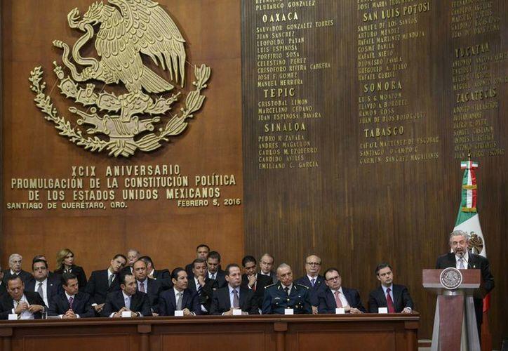 Los gobernadores y el presidente Enrique Peña Nieto se reunieron en Querétaro para celebrar el 99 aniversario de la promulgación de la Constitución Política de México. (presidencia.gob.mx)