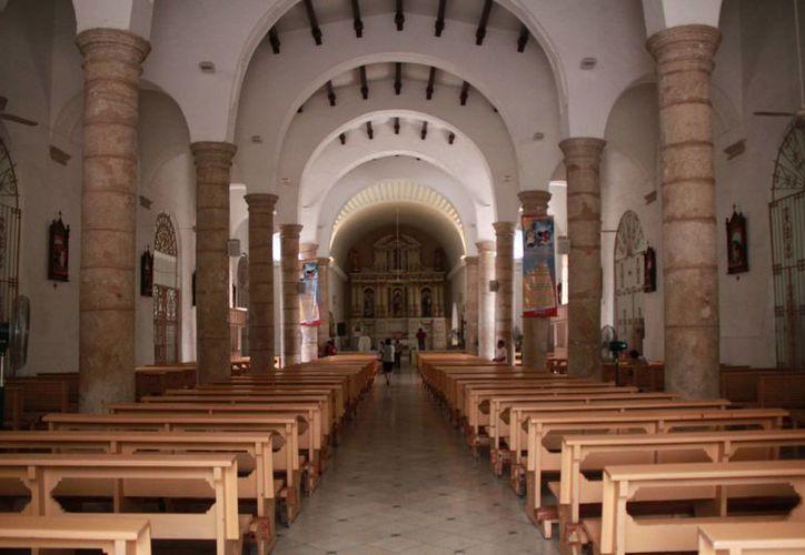 El piso de la iglesia de Santiago y de la sacristía es de mosaico, sobre la fachada principal tienen una espadaña de tres cuerpos que está rematada con una cruz de piedra de base artística. (Jorge Acosta/Milenio Novedades)