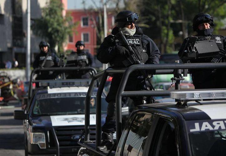 """Imagen de la Patrulla de la Policía Federal que vigila las oficinas de la SEIDO después de la captura del líder de los Caballeros Templarios, Servando """"La Tuta"""" Gómez, uno de los capos más buscados de México. (Agencias)"""