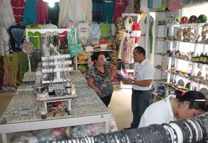 Los trabajadores visitarán primero los negocios del centro de la ciudad. (Julián Miranda/SIPSE)