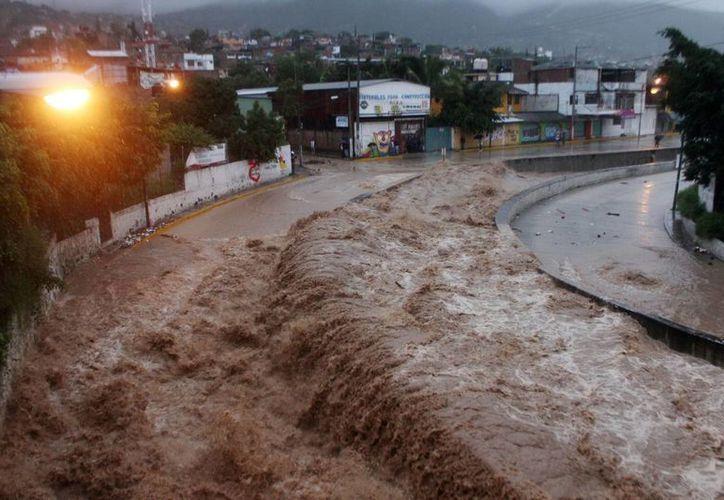 Imagen del río Huacapa desbordado este lunes 16 de septiembre en Chilpancingo, Guerrero. (EFE)