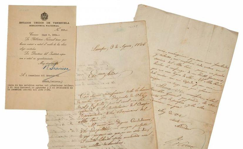 Fotografía cedida en donde aparecen tres documentos de una extensa colección de cartas, libros y manuscritos relacionados con el Libertador Simón Bolívar puestos en venta por la casa de subastas Doyle de Nueva York. (EFE/Doyle Auctions)