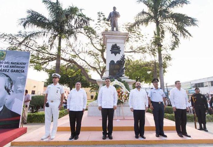 El Gobernador (c) encabezó la ceremonia del CCVIII aniversario del natalicio de Benito Juárez, en el parque Vicente María Velázquez (San Juan), en Mérida. (Cortesía)