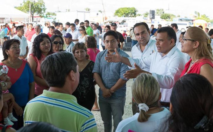El gobernador Rolando Zapata Bello platica con vecinos de la colonia Miguel Hidalgo de Mérida. (SIPSE)