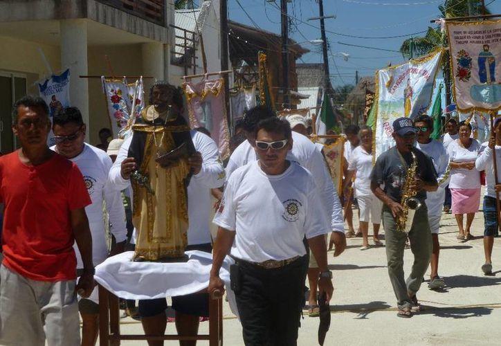 El derrotero inició en frente de la iglesia católica. (Raúl Balam/SIPSE)