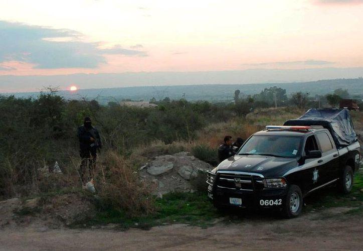 El robo de combustible deja millonarias pérdidas a Pemex. En la imagen, aseguramiento de nueve mil litros de hidrocarburo obtenido ilegalmente, en la comunidad de Puerta del Monte, Guanajuato. (Archivo(Notimex)
